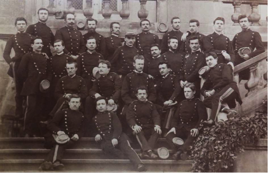 Première photo connue relative au port de l'uniforme, promotion 1877 sur les marches de l'École des Mineurs à Chantegrillet © Association ICM