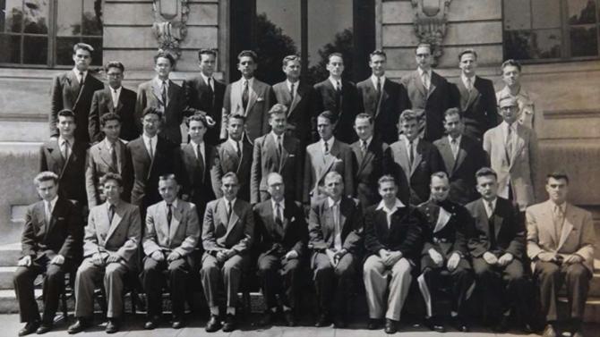 Promotion 1948-51, dernière photo de promotion avec un seul élève en uniforme (Robert Pluntz)