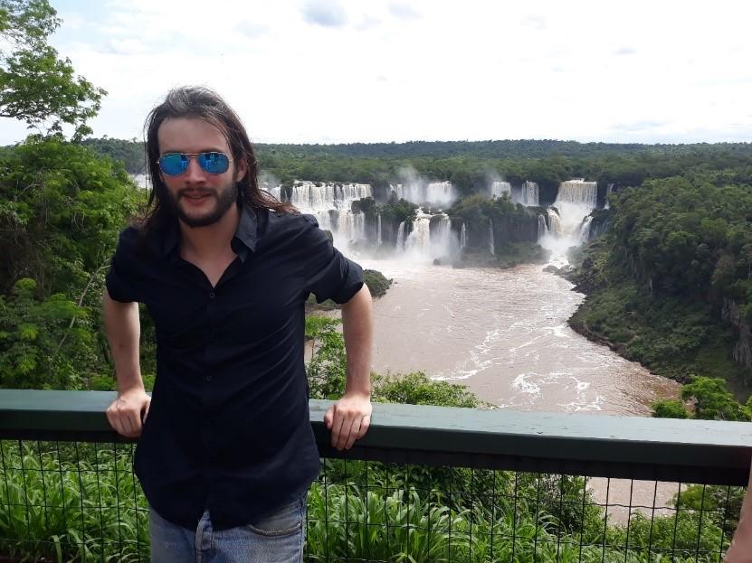 Nikolas Thepot devant les chutes d'Iguazú situées à la frontière entre le Brésil et l'Argentine. © Nikolas Thepot